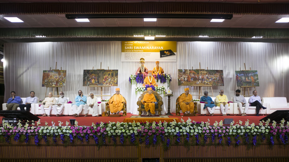 HH Mahant Swami Maharaj, Pujya Doctor Swami, Pujya Ishwarcharan Swami and dignitaries on stage