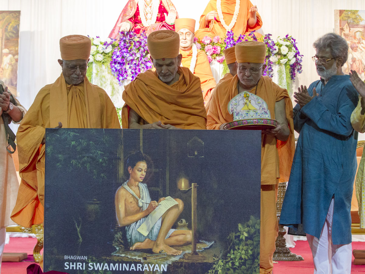 HH Mahant Swami Maharaj and dignitaries perform the book launch ceremony