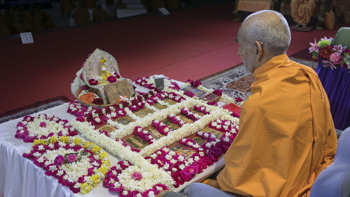 Param Pujya Mahant Swami Maharaj performs his morning puja, 21 Apr 2017