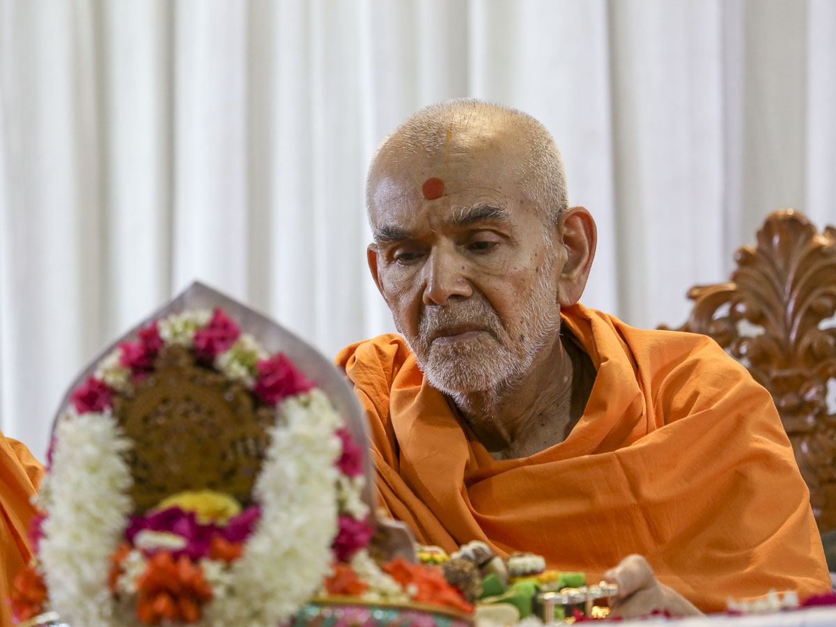 Swamishri performs his morning puja, 21 Apr 2017