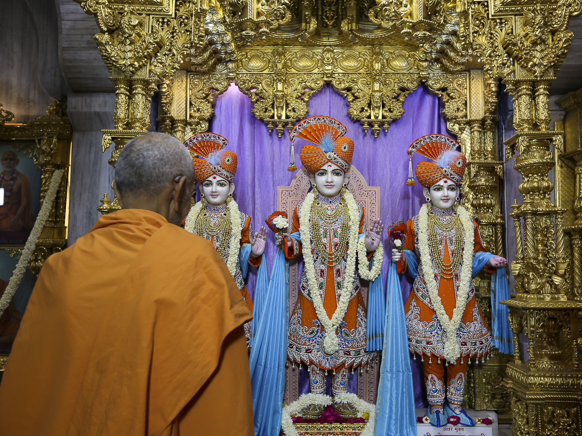 Swamishri engrossed in darshan of Thakorji, 21 Apr 2017