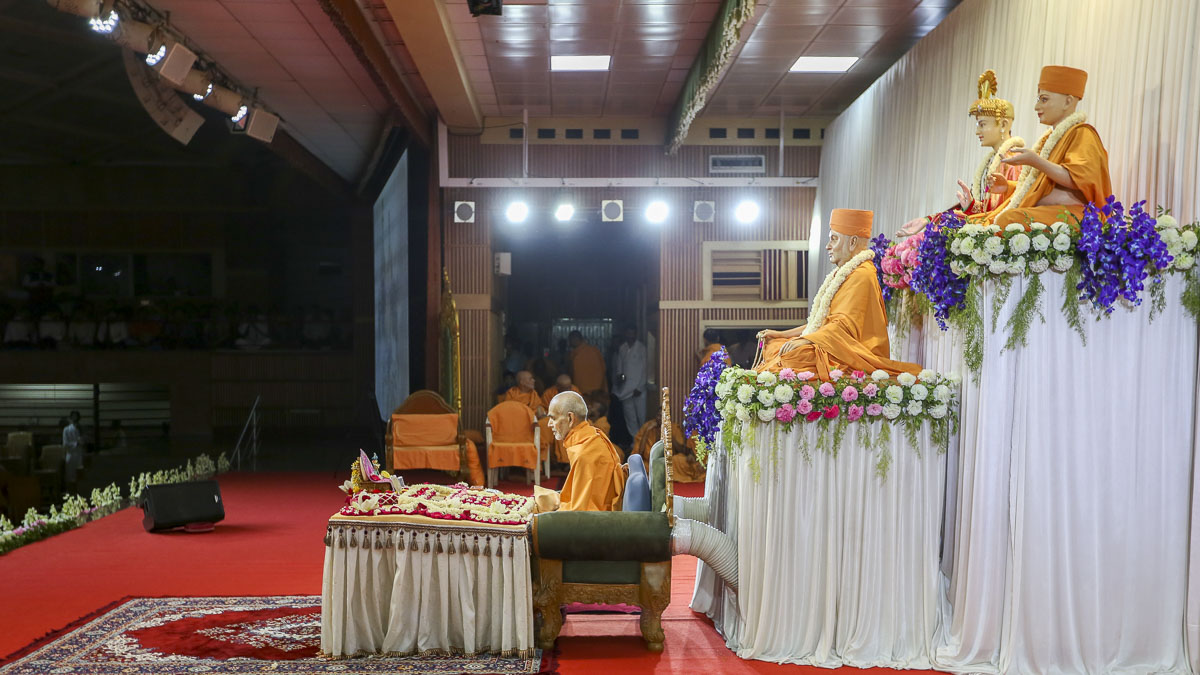 Param Pujya Mahant Swami Maharaj performs his morning puja, 22 Apr 2017