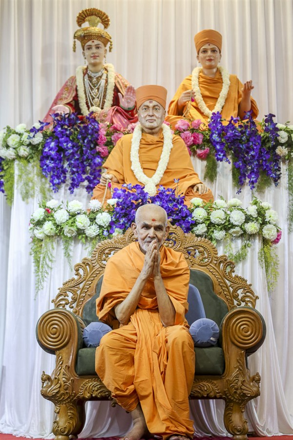 Swamishri greets devotees with 'Jai Swaminarayan', 22 Apr 2017