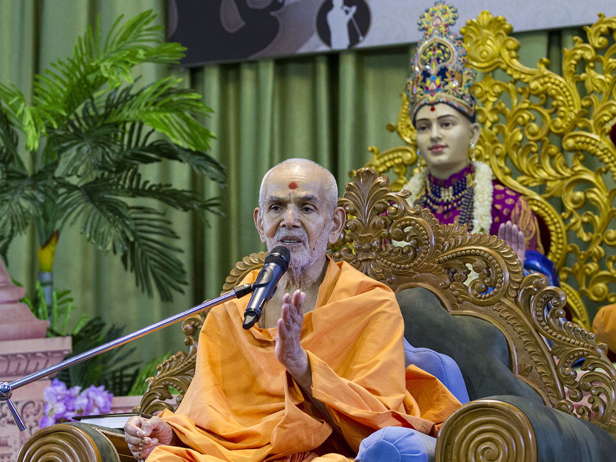 Swamishri blesses the assembly, 22 Apr 2017