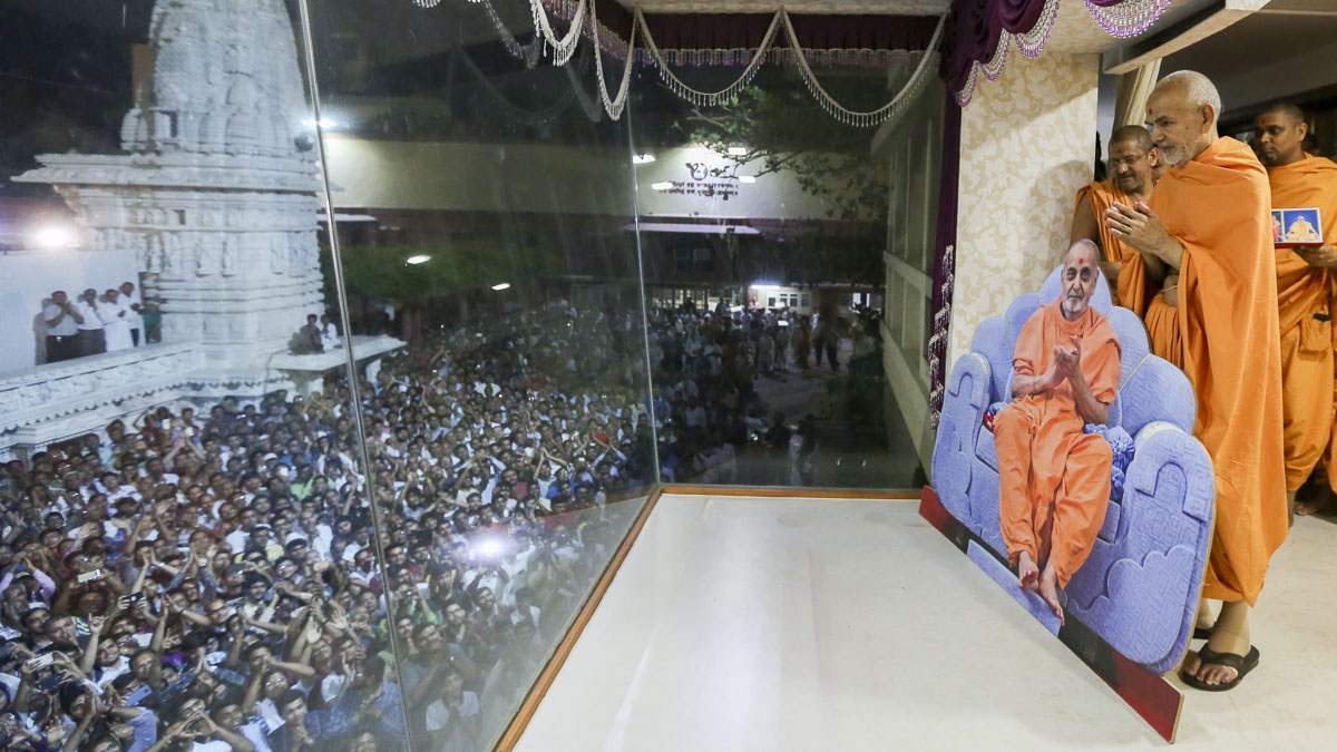 Swamishri greets devotees with 'Jai Swaminarayan' from the Akshar Jharukho, 22 Apr 2017