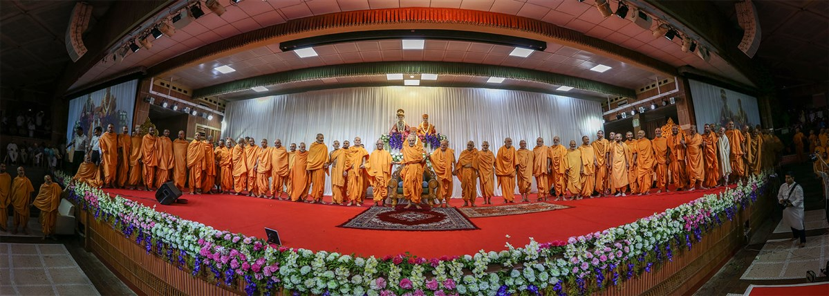 Sadhus join hands with each other and Swamishri to symbolize unity, 22 Apr 2017