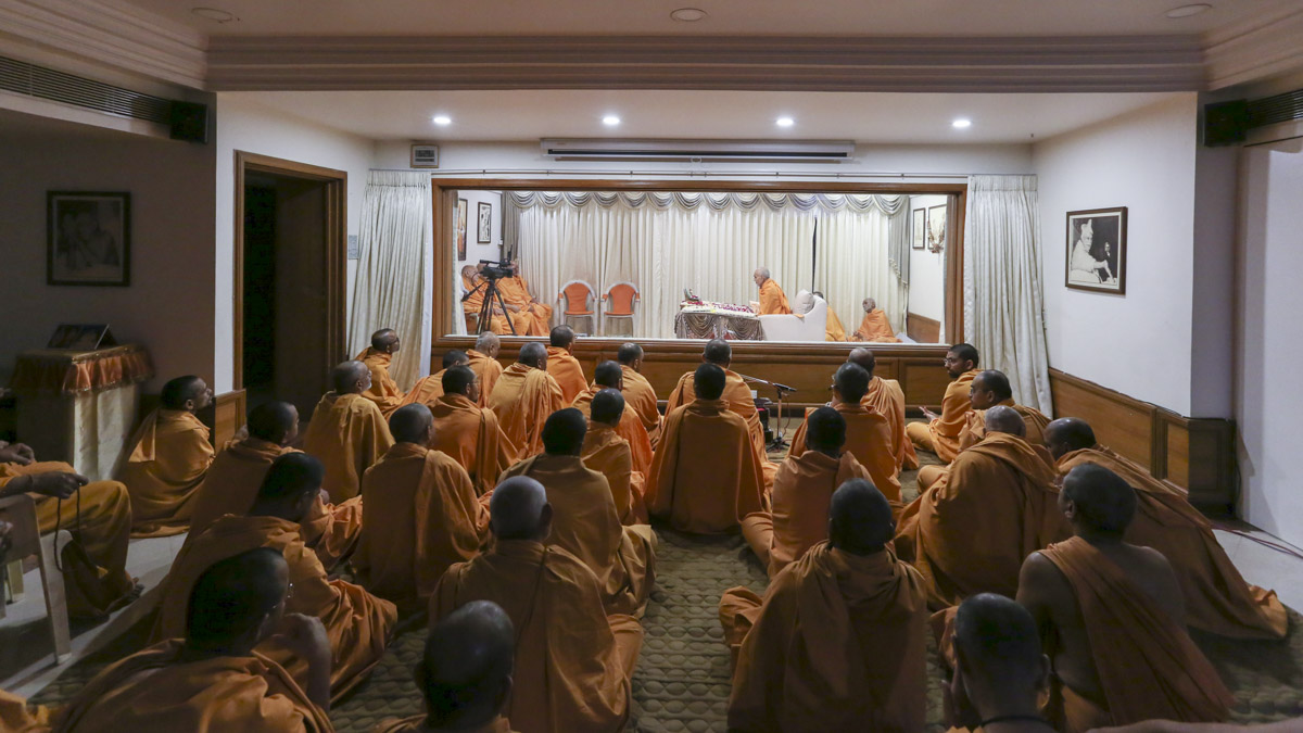 Param Pujya Mahant Swami Maharaj performs his morning puja, 23 Apr 2017
