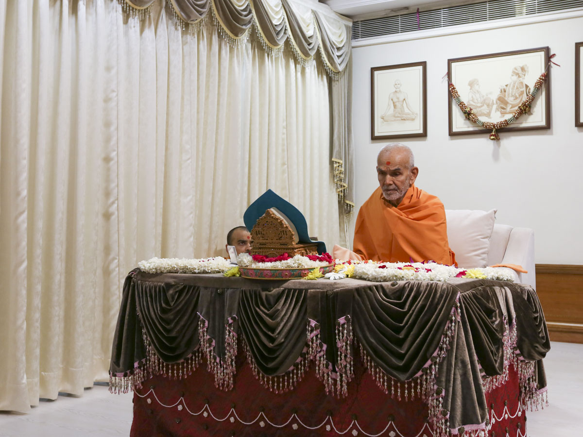 Swamishri performs his morning puja, 23 Apr 2017