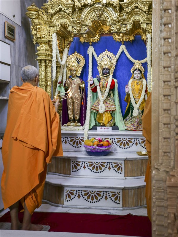 Swamishri performs shangar arti, 23 Apr 2017