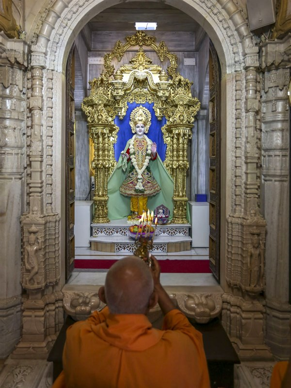 Pujya Doctor Swami performs shangar arti, 23 Apr 2017