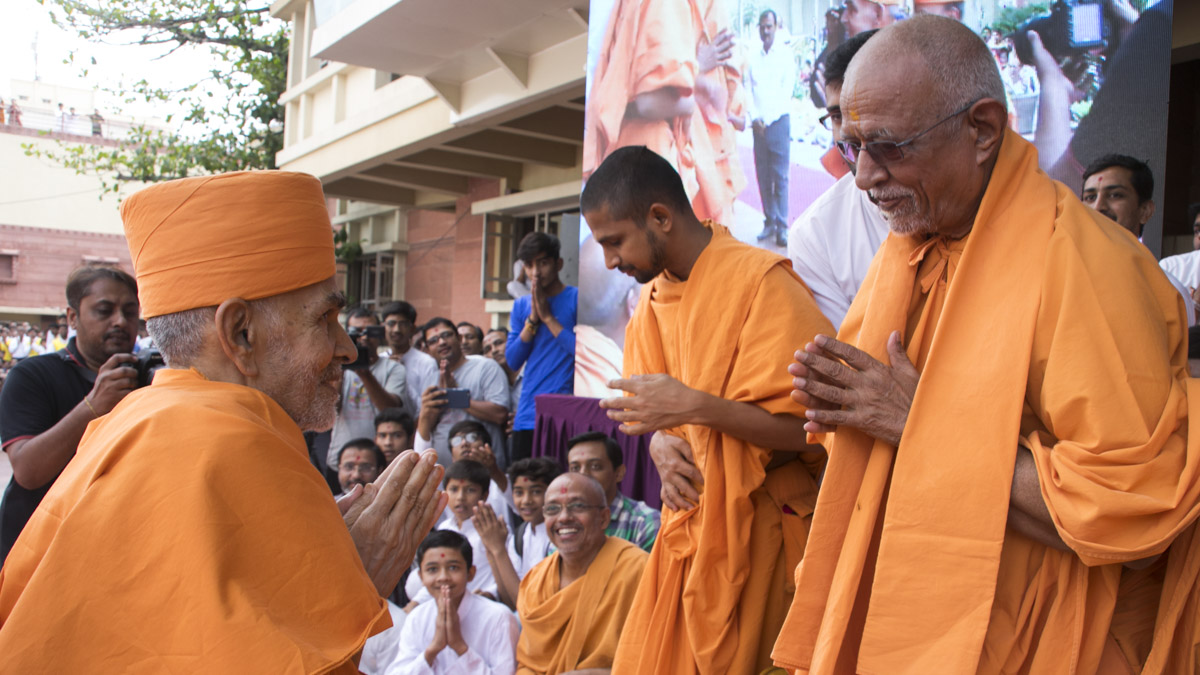 Swamishri greets Pujya Doctor Swami with 'Jai Swaminarayan', 23 Apr 2017