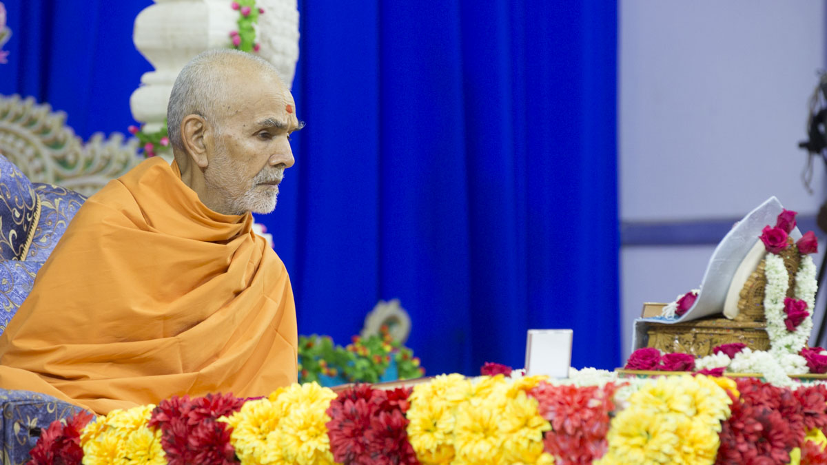 Param Pujya Mahant Swami Maharaj performs his morning puja, 27 Apr 2017