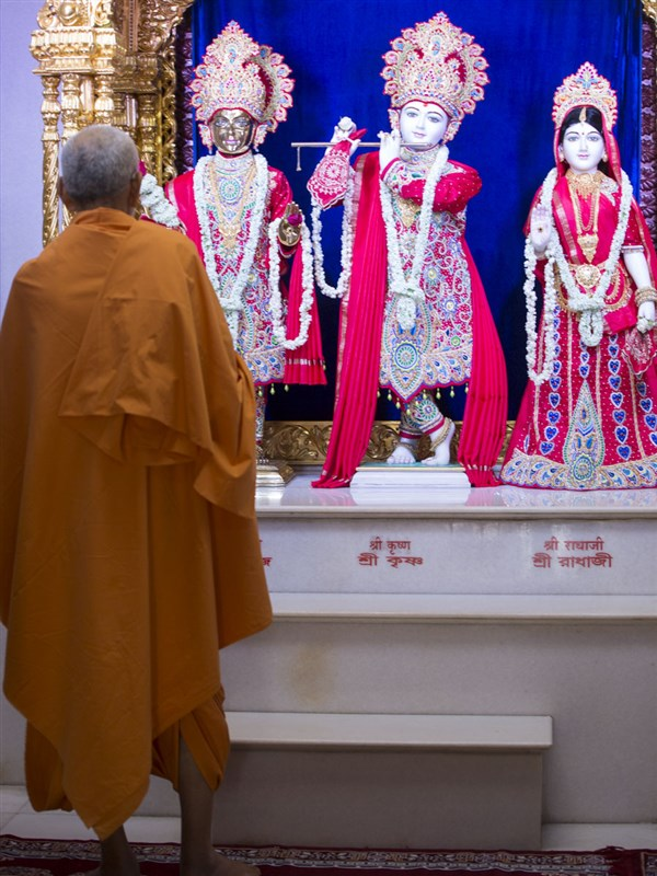 Swamishri engrossed in darshan of Thakorji, 27 Apr 2017