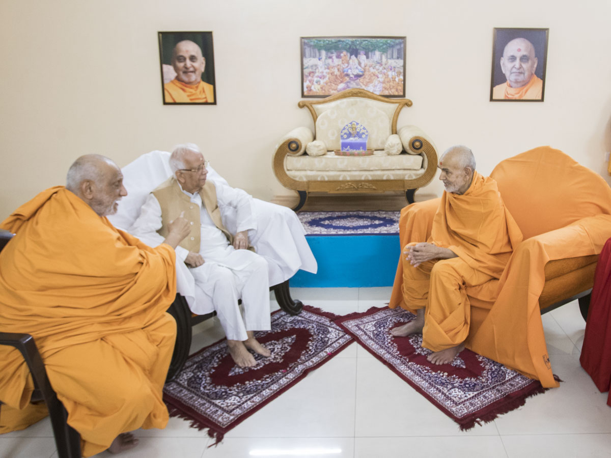 HE Keshari Nath Tripathi (Governor of West Bengal) meets Swamishri, 28 Apr 2017