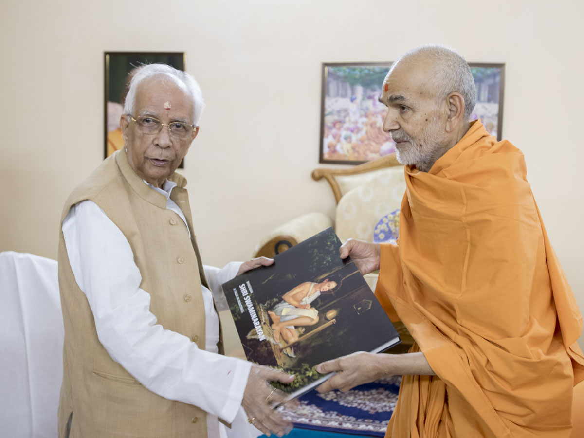 Swamishri presents a memento to Shri Keshari Nath Tripathi, 28 Apr 2017