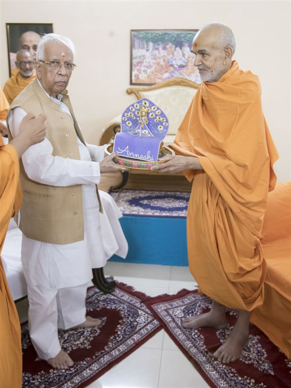 Shri Keshari Nath Tripathi and Swamishri with Shri Harikrishna Maharaj, 28 Apr 2017