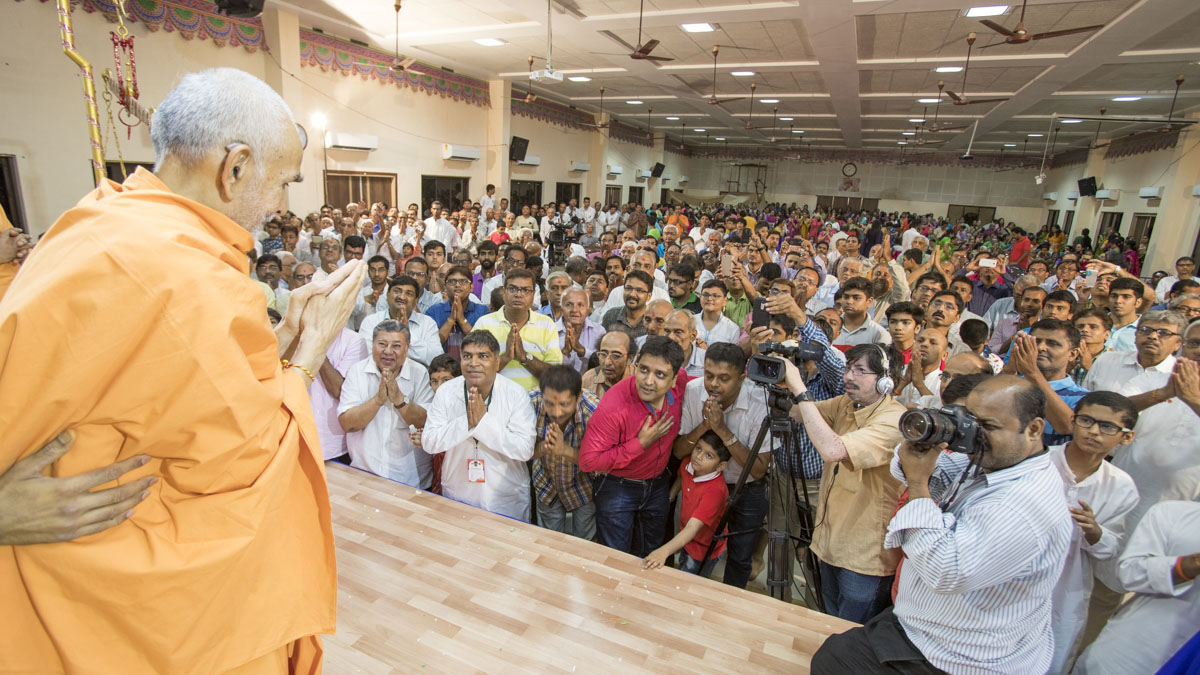 Devotees doing darshan of Swamishri, 28 Apr 2017