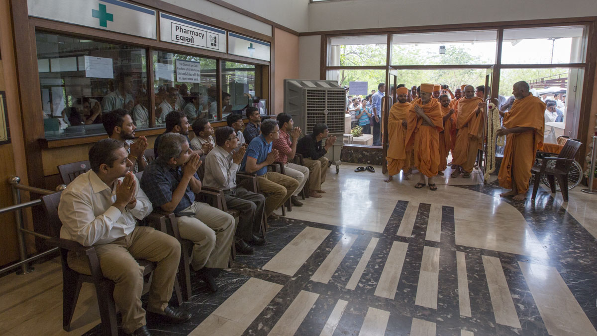 Param Pujya Mahant Swami Maharaj arrives at BAPS Yogiji Maharaj Hospital, Ahmedabad, for medical check-up, 29 Apr 2017