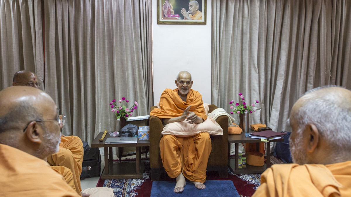 Swamishri and senior sadhus converse, 29 Apr 2017
