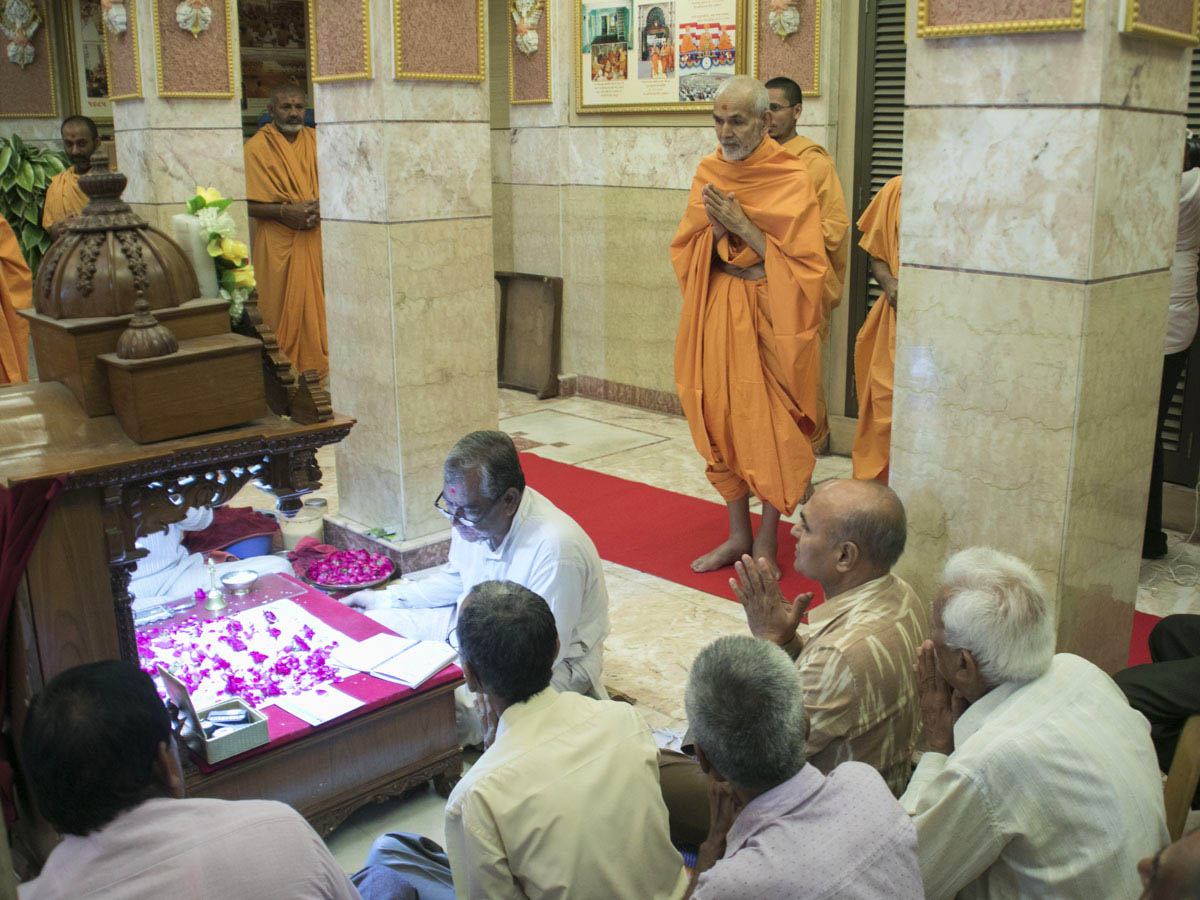 Param Pujya Mahant Swami Maharaj engrossed in darshan of the mahapuja, 1 May 2017