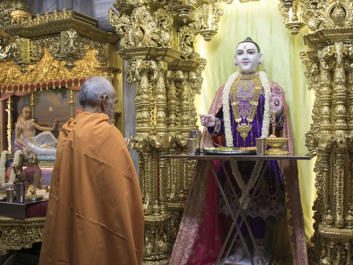 Swamishri engrossed in darshan of Thakorji, 1 May 2017