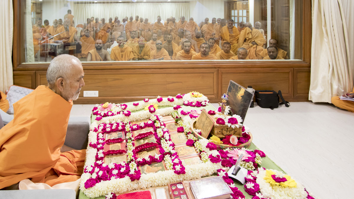 Swamishri performs his morning puja, 3 May 2017