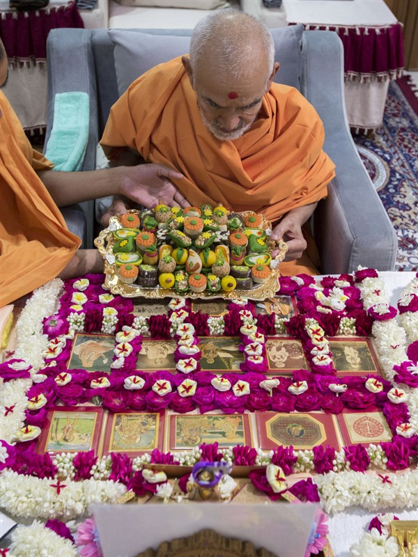 Swamishri performs his morning puja, 5 May 2017
