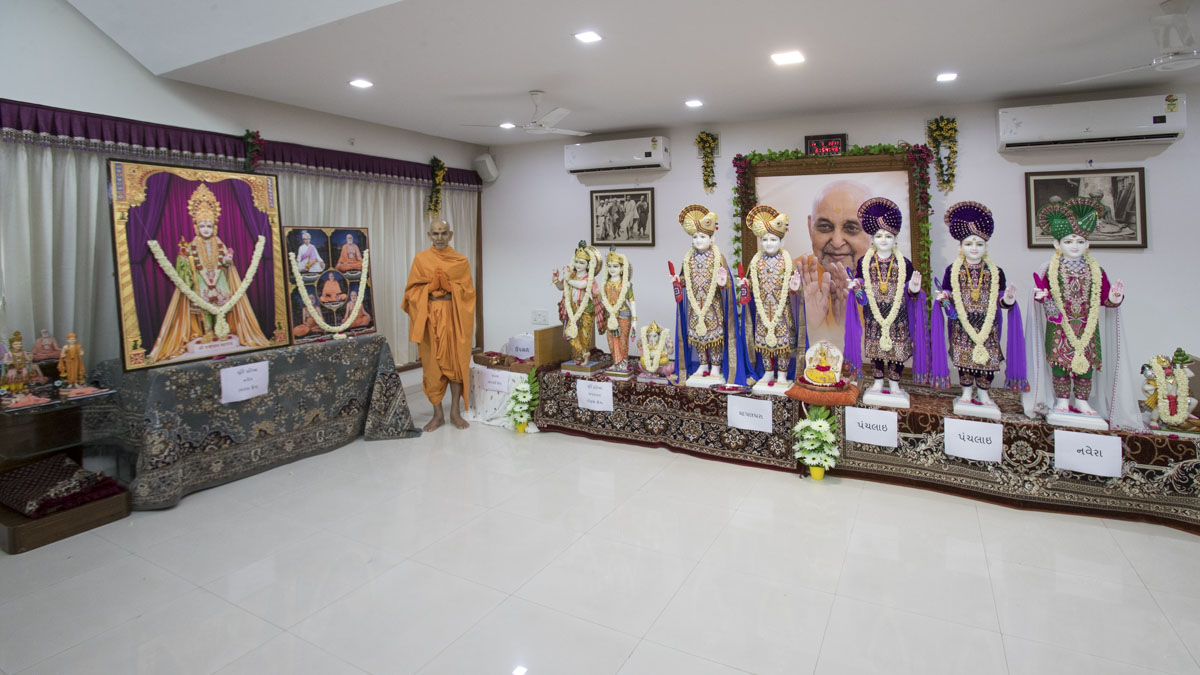 Swamishri with murtis, 14 May 2017