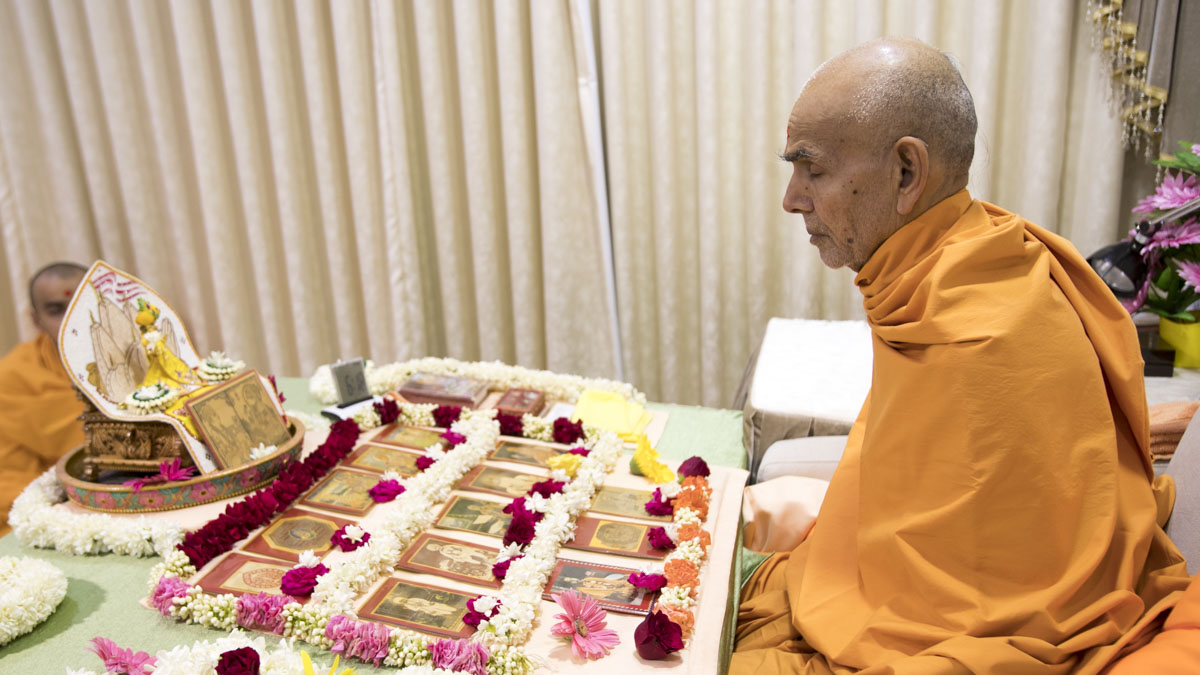 Swamishri performs his morning puja, 14 May 2017