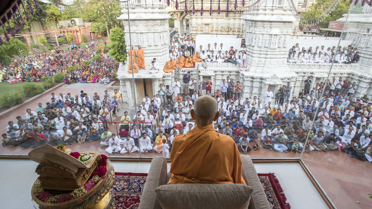 Swamishri arrives in Akshar Jharukho in the  morning, 14 May 2017