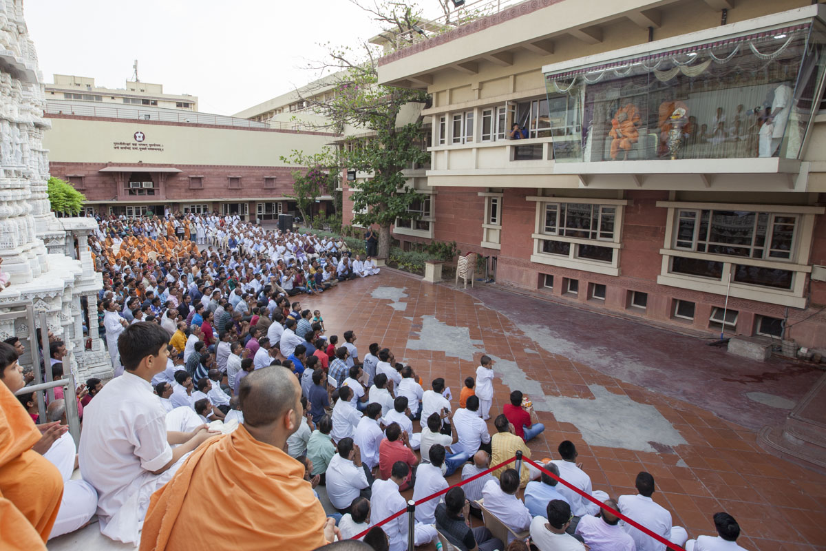 Sadhus and devotees doing darshan of Swamishri, 14 May 2017