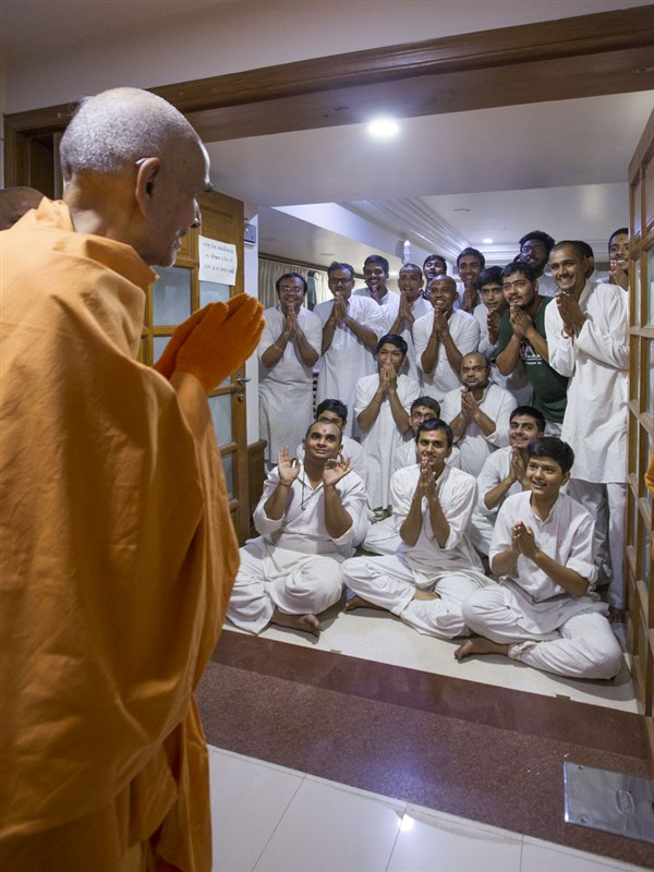 Youths doing darshan of Swamishri, 14 May 2017