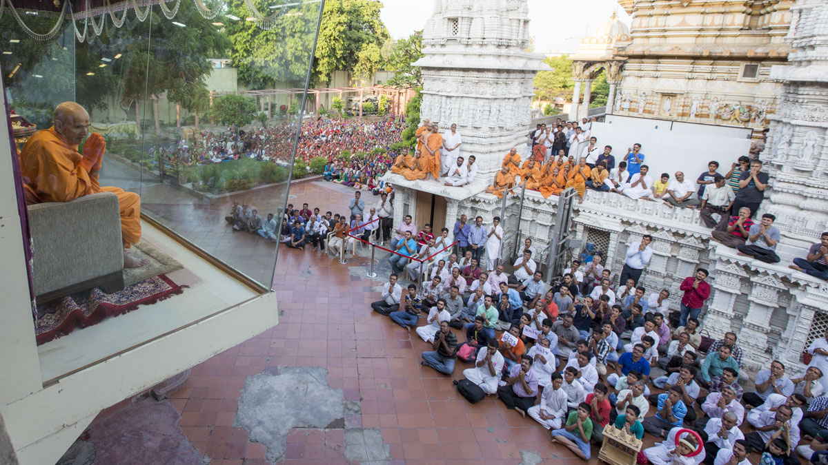 Swamishri arrives in Akshar Jharukho in the morning, 15 May 2017