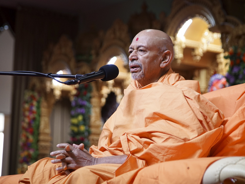 Pujya Tyagvallabh Swami delivers a discourse in the welcome assembly