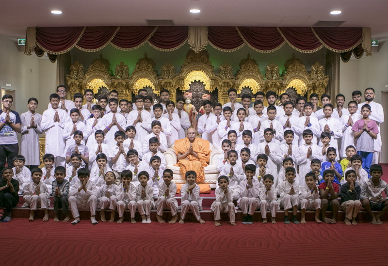 Children with Pujya Tyagvallabh Swami