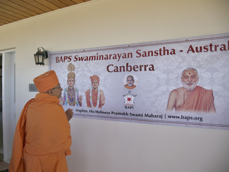 Pujya Tyagvallabh Swami arrives at Canberra