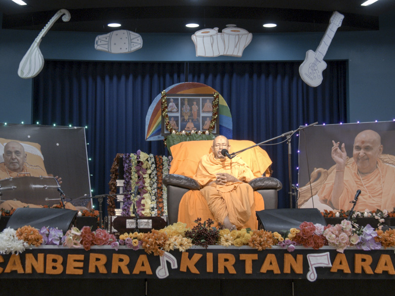 Pujya Tyagvallabh Swami delivers a discourse in the kirtan aradhana assembly