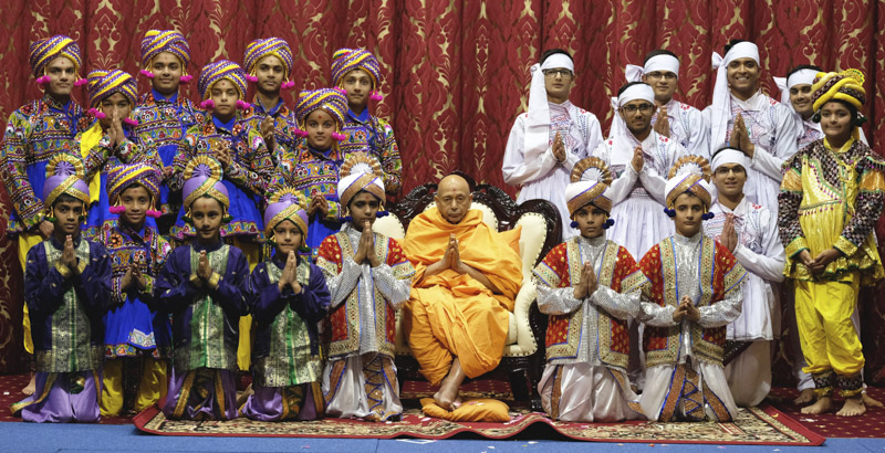 Children and youths with Pujya Tyagvallabh Swami
