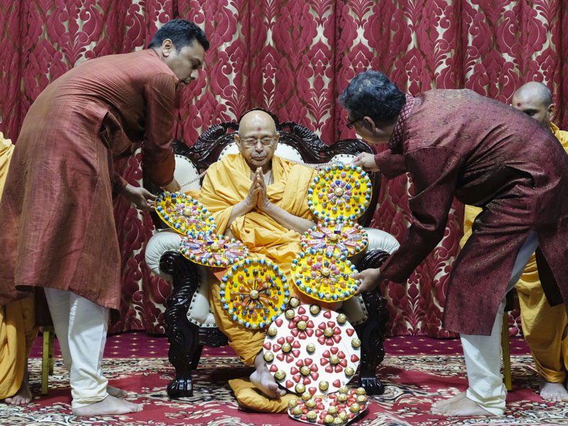 Devotees honor Pujya Tyagvallabh Swami with a garland
