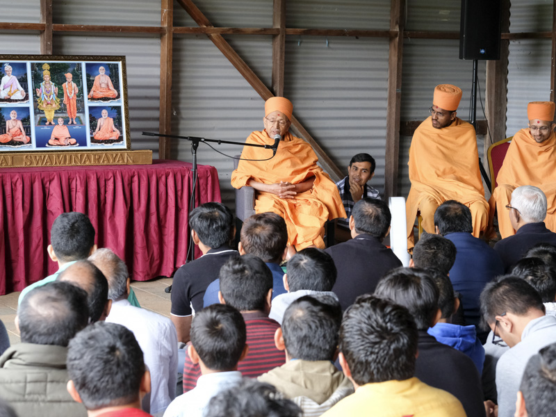 Pujya Tyagvallabh Swami addresses dabra utsav assembly