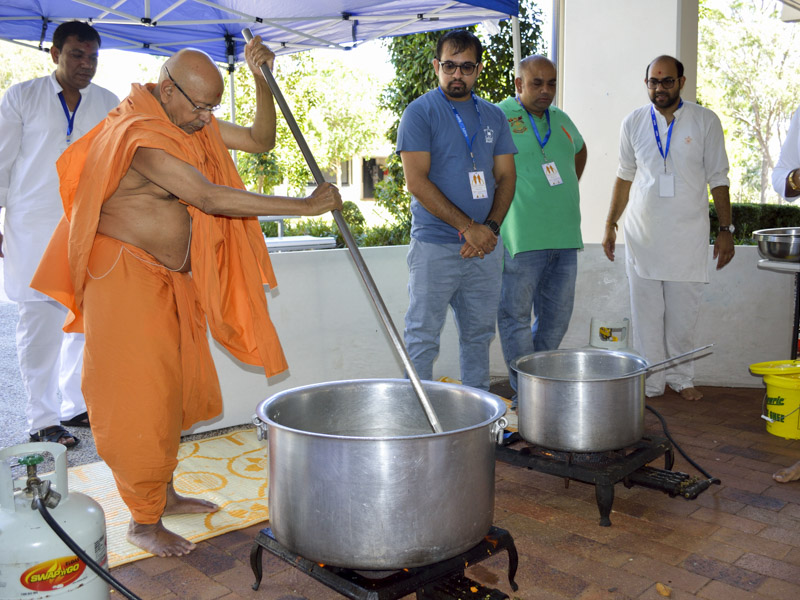 Pujya Tyagvallabh Swami participates in a shibir activity