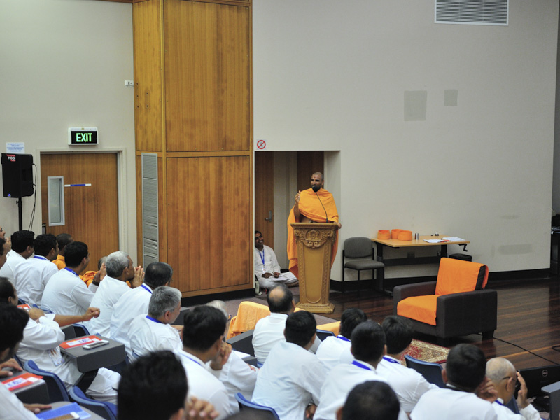 Paramchintan Swami addresses the karyakar shibir
