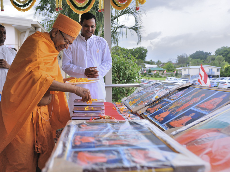 Pujya Tyagvallabh Swami sanctifies books and murtis