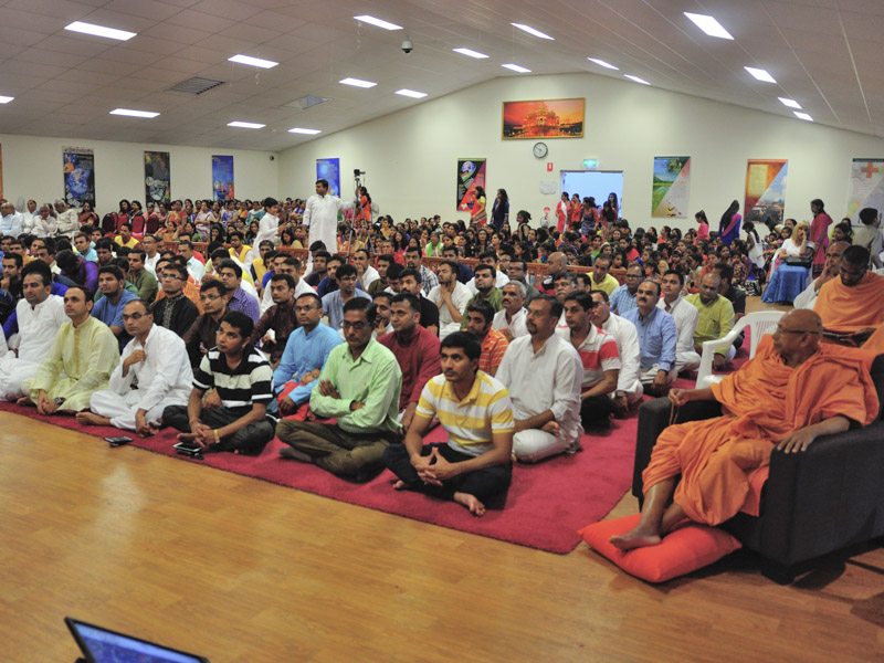 Pujya Tyagvallabh Swami and devotees during the assembly
