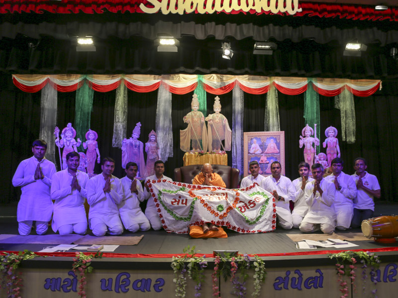 Youths honor Pujya Tyagvallabh Swami with a shawl