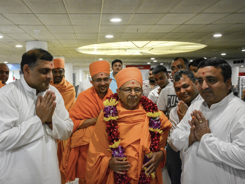 Pujya Tyagvallabh Swami arrives at Melbourne
