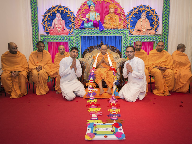 Youths honor Pujya Tyagvallabh Swami with a garland