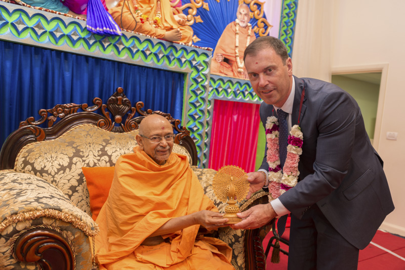 Pujya Tyagvallabh Swami presents a memento to an invited guest