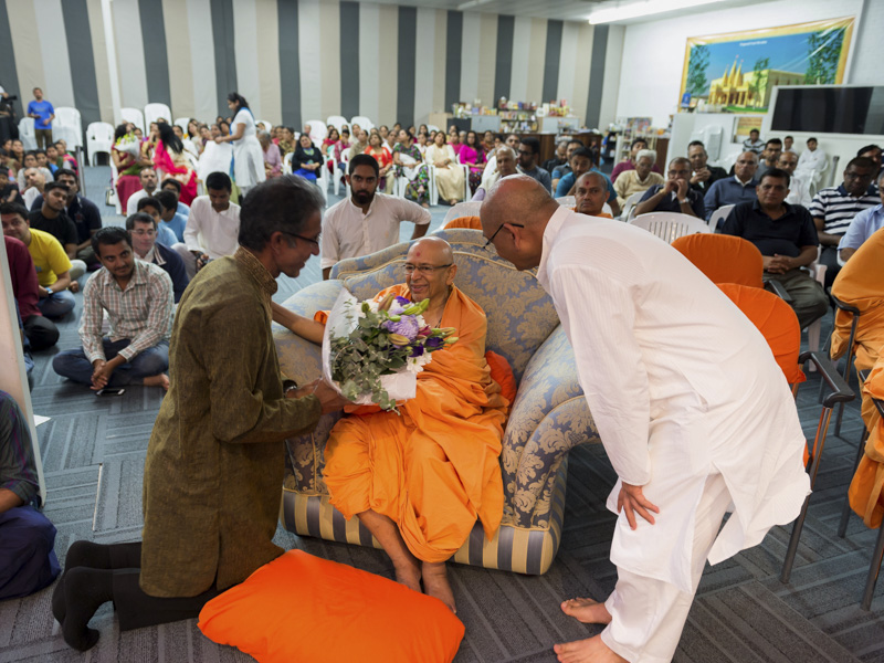 A devotee welcomes Pujya Tyagvallabh Swami