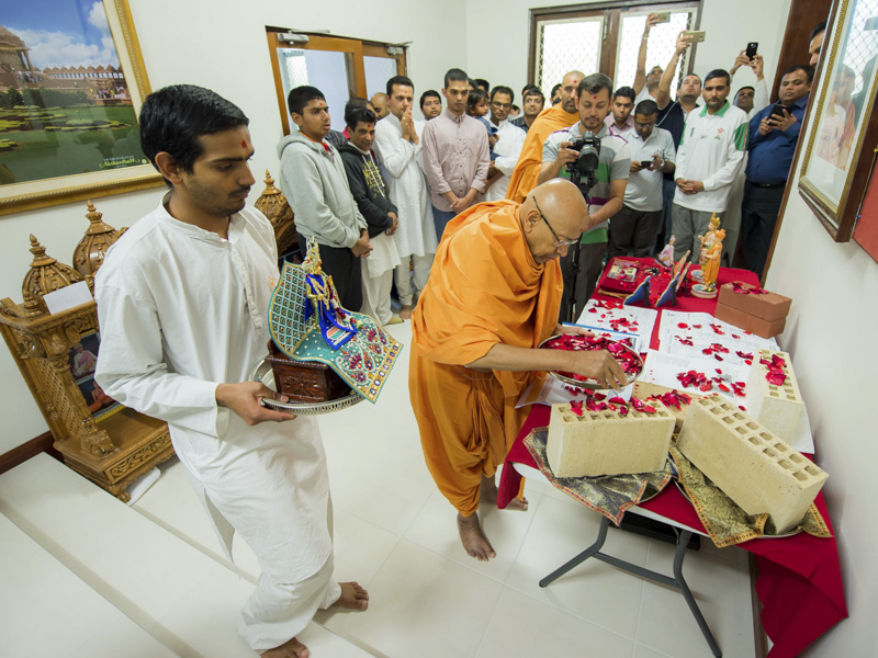 Pujya Tyagvallabh Swami sanctifies bricks